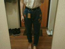 Новые mom джинсы с вышивкой